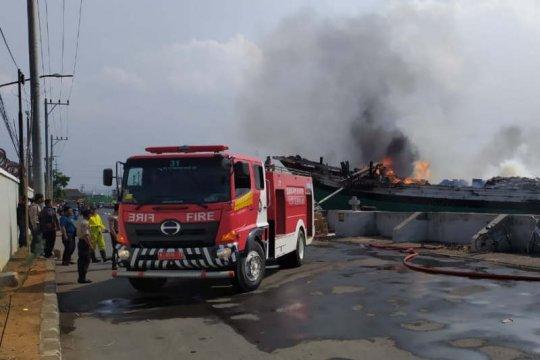 Sebuah kapal pengangkut antarpulau terbakar di Pelabuhan Tanjung Emas