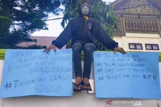 Tolak UU Pernikahan, seorang mahasiswa di Meulaboh gelar aksi tunggal
