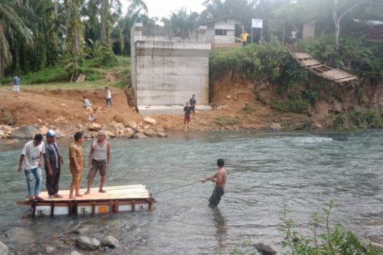 Masyarakat Paraman Ampalu gunakan perahu ponton akibat jembatan putus