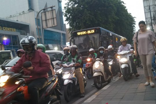 Sore hari, jalur sepeda Tomang Raya masih dikuasai pengendara motor