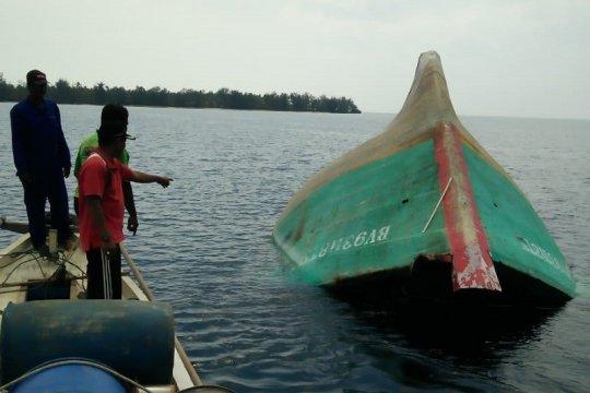Sepuluh orang selamat dari kapal terbalik di perairan Padang Sumbar