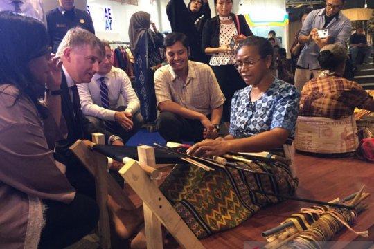 Dubes Inggris-Direktur British Council kunjungi pameran Wallacea Week