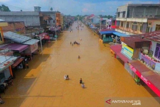 Akses jalan ke Kota Pasirpangaraian Rokan Hulu lumpuh akibat banjir