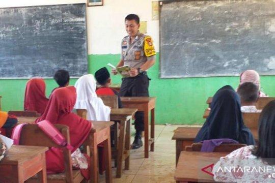 Babinkamtibmas jadi guru pengganti di sekolah