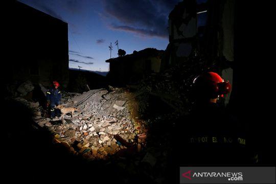 Pencarian korban pasca gempa bumi di Albania