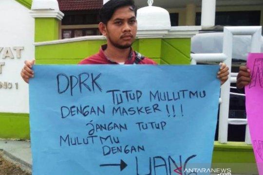 Mahasiswa protes pencemaran batu bara PLTU di depan DPRK Aceh Barat