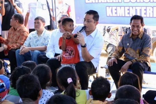 Mensos hibur anak korban gempa Ambon