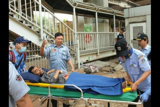 Pria ditemukan tergeletak sakit di JPO Grogol