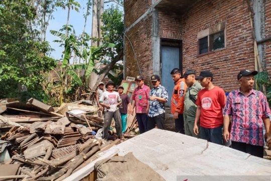 Hujan lebat robohkan rumah warga berusia renta di Malang