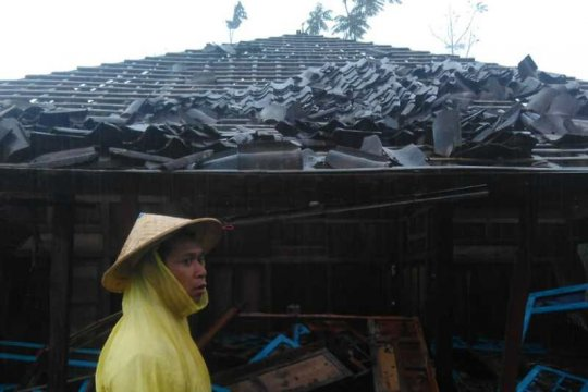 Magelang diterjang angin kencang, puluhan rumah rusak
