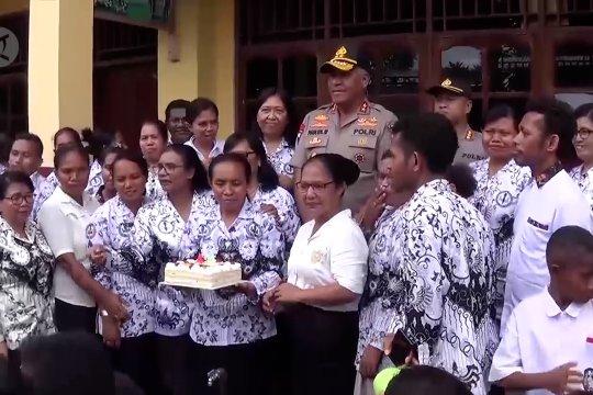 Kapolda Papua berikan kado kejutan di Hari Guru Nasional