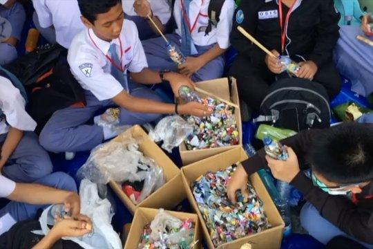 Membuat ecobrick dengan limbah plastik sekolah