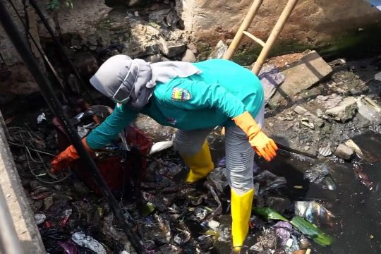 Bupati Batang terjun langsung ke sungai pungut sampah