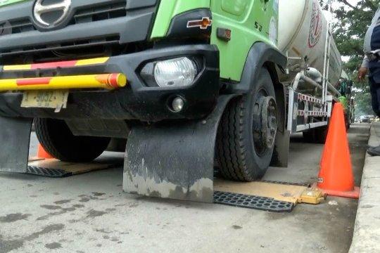 Petugas razia puluhan truk lebihi tonase di JLS