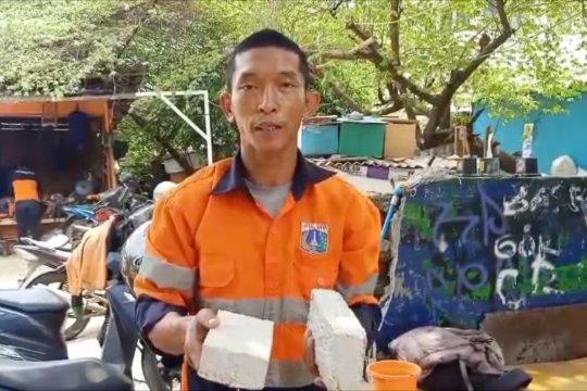 Pasukan Oranye olah sampah sungai jadi pernak pernik dan batako