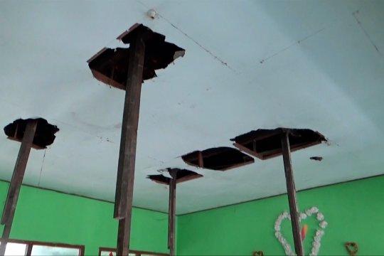 Ruang kelas rusak, siswa belajar di gudang