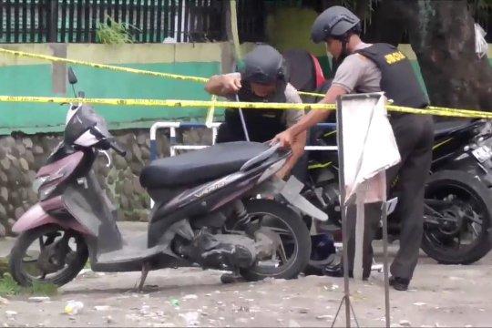 Penjinak Bom Brimob periksa motor milik pelaku bom Medan