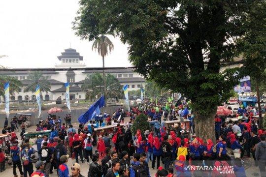 Buruh Jabar kepung Gedung Sate terkait Kepgub UMK 2020