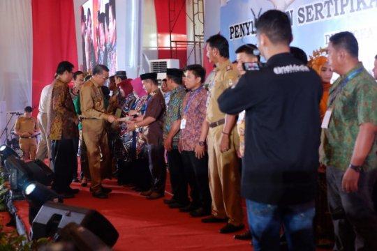 Gubernur- Kementerian Agraria bagikan 3.000 sertifikat tanah rakyat