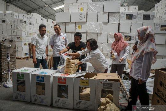 Pembongkaran kardus suara logistik pemilu