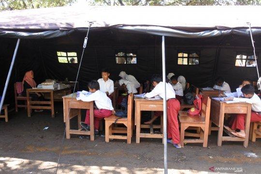 Siswa belajar di tenda