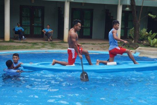 Badai Tisoy, tim kano dan kayak berlatih di kolam renang