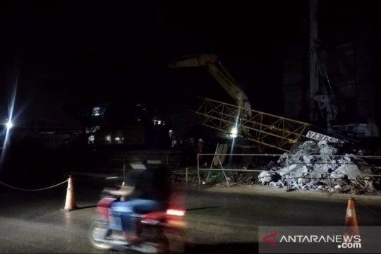 Crane proyek Tol BORR Seksi IIIA patah saat angkat besi