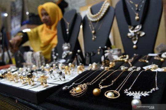 200 perajin mutiara di Mataram tetap berproduksi