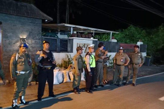 Personel polisi dan Satpol PP berpatroli di rumah Tamara Bleszynski