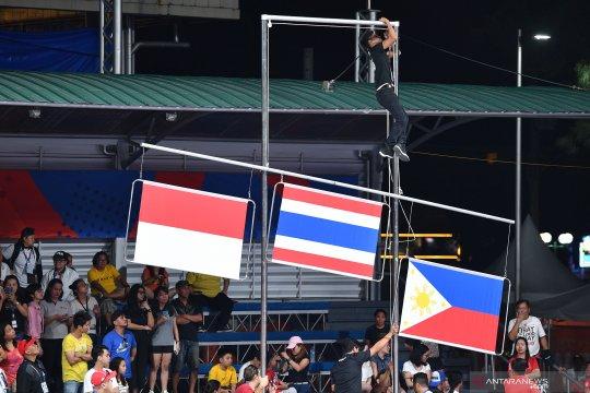 Tali bendera tersangkut saat upacara penghargaan pemenang SEA Games 2019