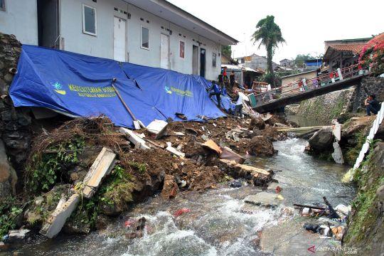 Jembatan ambruk dan tanah longsor pascahujan deras di Bogor