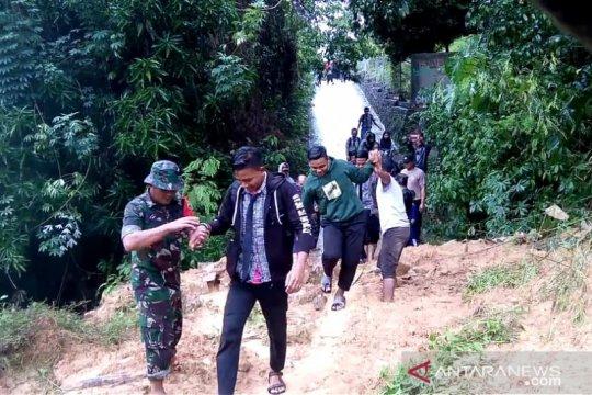 TNI evakuasi warga terdampak banjir bah dan longsor di Tambelan