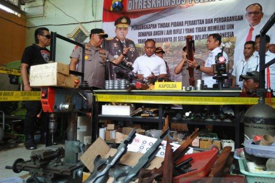 Polda Jatim gerebek gudang perakitan senjata ilegal di Lumajang