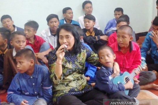 """Saat di Kampung Anak Negeri Surabaya, Menteri PPPA lantunkan """"Bunda"""""""