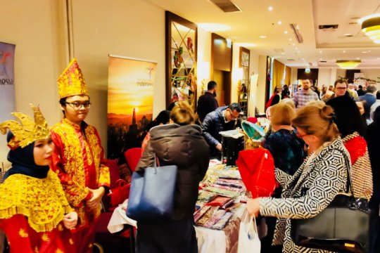 Rendang, Batik curi perhatian di  bazar amal Warsawa