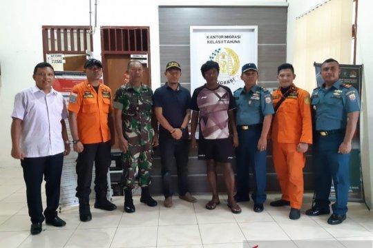 TNI AL serahkan satu warga Filipina ke kantor Imigrasi Tahuna