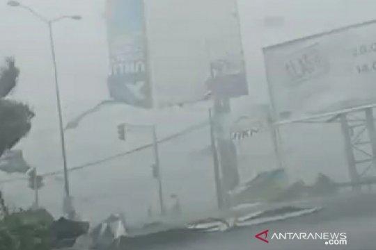Angin Kencang robohkan tiang listrik dan warung di Bangkalan