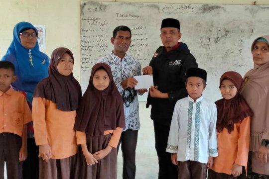 20 tahun mengabdi di Aceh Utara, guru honorer disantuni MRI-ACT