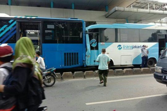 Dua bus Transjakarta bertabrakan di depan Kantor Wali Kota Jaktim