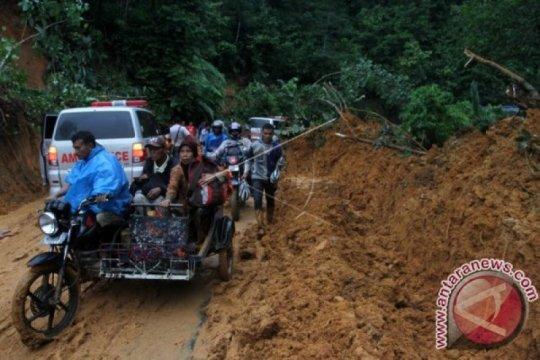 Lalu lintas Sumbar-Riau putus akibat longsor terjang kawasan Koto Alam
