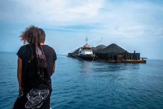Kapal tongkang berlabuh di wilayah konservasi Taman Nasional Karimunjawa Page 2 Small