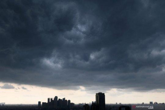 Waspadai hujan disertai petir di empat wilayah DKI
