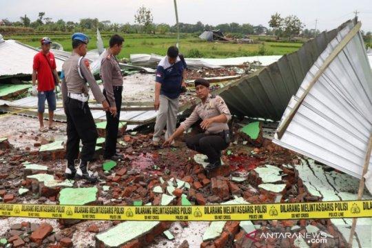 Angin ribut terjang gedung di Boyolali satu korban meninggal