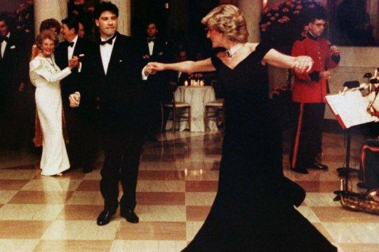 Gaun dansa ikonik Puteri Diana-John Travolta terjual nyaris Rp4 miliar