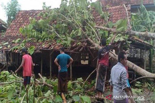 Belasan bangunan di Sampang rusak akibat angin kencang