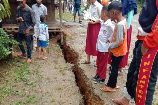 Aktivitas tambang membuat tanah retak di Limapuluh Kota