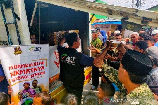 Ratusan paket makanan untuk jamaah masjid dibagikan ACT Sumut