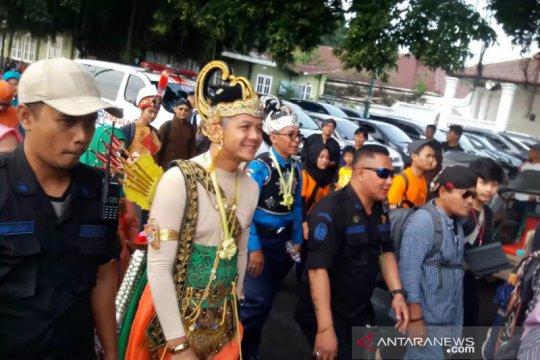 Nitilaku UGM diikuti peserta berkostum wayang, pejuang, dan adat