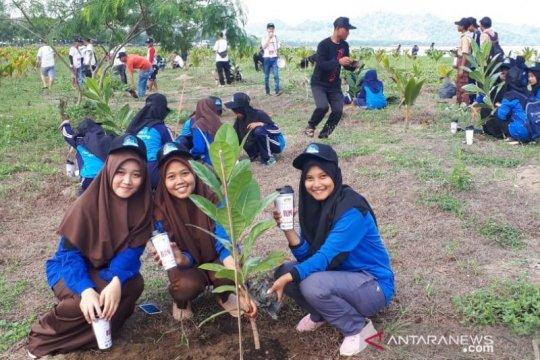 Perum Jamkrindo tanam ratusan pohon di kawasan Geopark Ciletuh