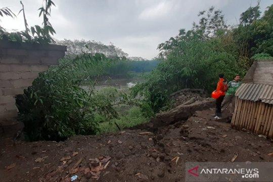 Sebuah rumah di Jember terdampak longsor akibat hujan deras